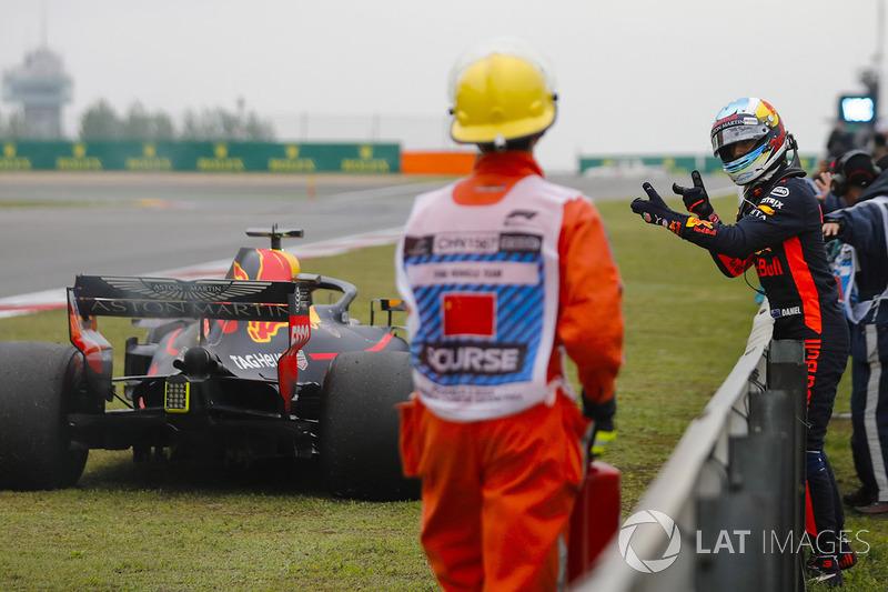 Daniel Ricciardo, Red Bull Racing, espera junto a su coche dañado