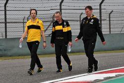 Ciaron Pilbeam, Renault Sport F1 Team, Bob Bell, Renault Sport F1 Team and Alan Permane, Renault Sport F1 Team Race Engineer walk the track