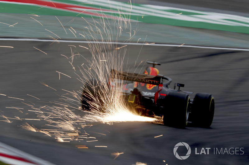 Daniel Ricciardo, Red Bull Racing RB14 Tag Heuer, saca chispas