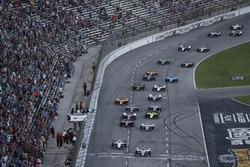 Josef Newgarden, Team Penske Chevrolet, Simon Pagenaud, Team Penske Chevrolet lead at the start
