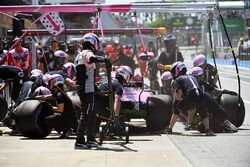 Esteban Ocon, Force India VJM11, s'arrête au stand