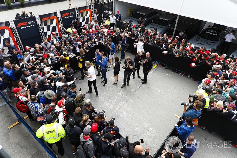Fernando Alonso, McLaren, Carlos Sainz Jr., Renault Sport F1 Team,y Stoffel Vandoorne, McLaren con los medios