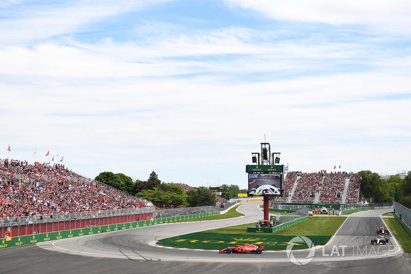 Sebastian Vettel, Ferrari SF71H di depan Valtteri Bottas, Mercedes-AMG F1 W09