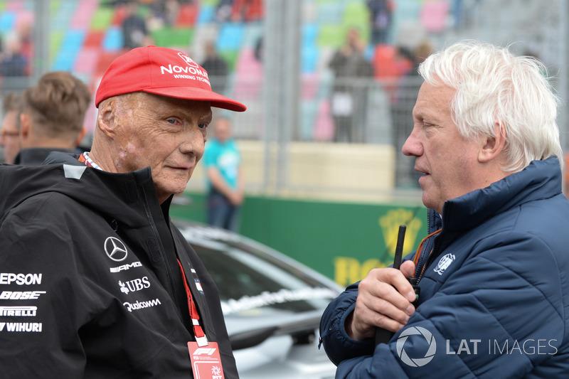 Niki Lauda, Mercedes AMG F1 Presidente Non-Esecutivo e Charlie Whiting, Delegato FIA in griglia