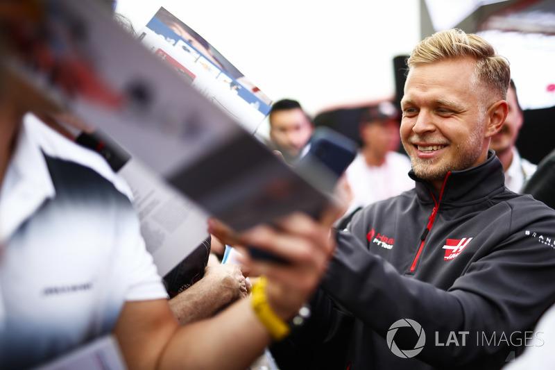 Kevin Magnussen, Haas F1 Team, firma autografi ai tifosi