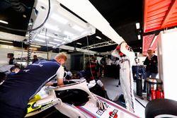 Robert Kubica, Williams Martini Racing, preparándose para entraar en el cockpit