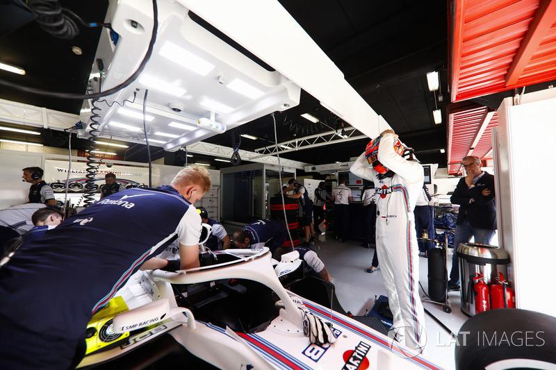 Robert Kubica, Williams Martini Racing, przed wejściem do kokpitu