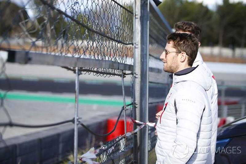 Romain Grosjean, Haas F1 Team, mira la acción desde la pista