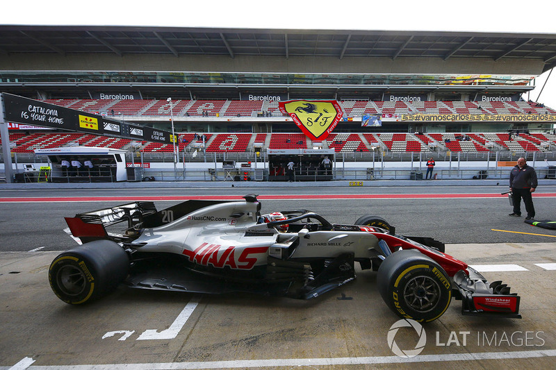 Kevin Magnussen, Haas F1 Team VF-18, pulls into his pit area