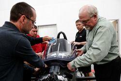 Jeff Horton, directeur de l'ingénierie et de la sécurité de l'IndyCar, installe un pare-brise sur la monoplace 2018
