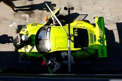 Pit stop, #911 Manthey Racing Porsche 911 GT3 R: Romain Dumas, Frédéric Makowiecki, Dirk Werner