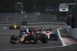 Daniil Kvyat, Scuderia Toro Rosso STR11, Esteban Ocon, Manor MRT05