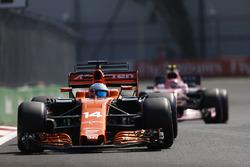 Fernando Alonso, McLaren MCL32, Esteban Ocon, Sahara Force India F1 VJM10