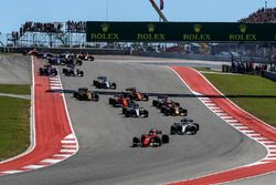 Sebastian Vettel, Ferrari SF70H devant Lewis Hamilton, Mercedes-Benz F1 W08 au départ