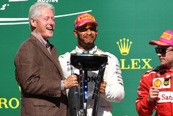 Race winner Lewis Hamilton, Mercedes AMG F1 celebrates on the podium with former US President Bill Clinton, the trophy