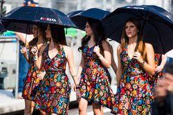 فتيات شبكة الانطلاق مع مظلات شمسية