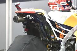 Des traces de pneu sur la moto de Marc Marquez, Repsol Honda Team