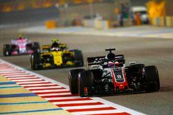 Romain Grosjean, Haas F1 Team VF-18 Ferrari, Carlos Sainz Jr., Renault Sport F1 Team R.S. 18