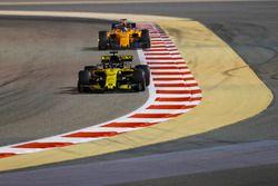Nico Hulkenberg, Renault Sport F1 Team R.S. 18, Fernando Alonso, McLaren MCL33 Renault