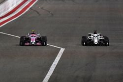Esteban Ocon, Force India VJM11 and Marcus Ericsson, Sauber C37 battle