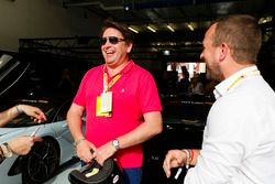 El chef James Martin participa en Hot Lap ride con Peter Phillips