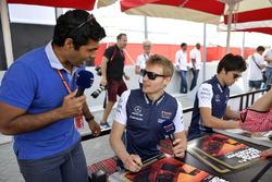 Karun Chandhok, parle avec Sergey Sirotkin, Williams lors de la séance d'autographes