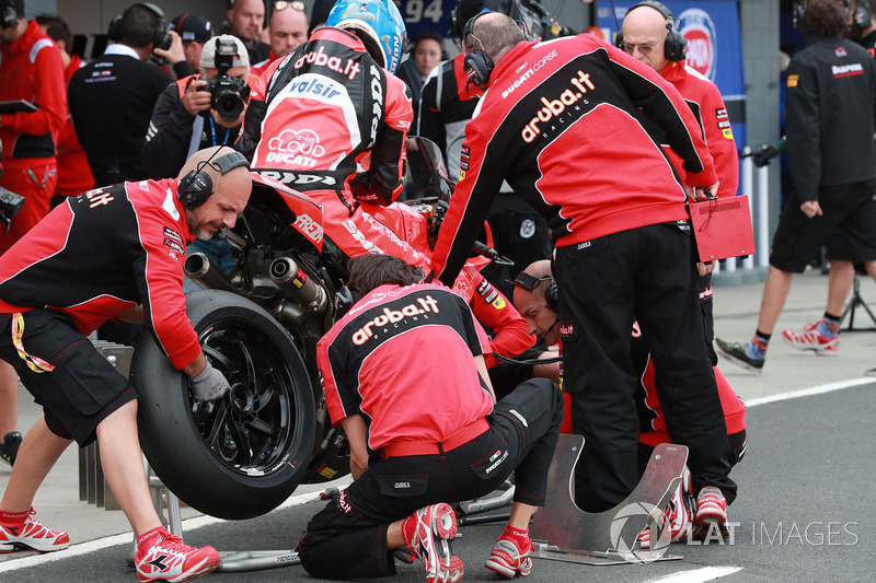 Marco Melandri, Aruba.it Racing-Ducati SBK Team Pirelli tyre change