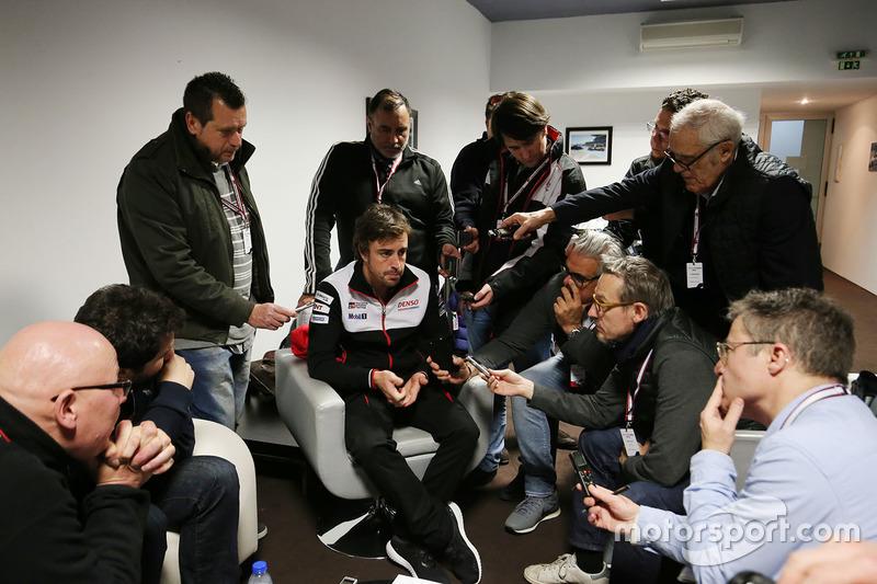 Фернандо Алонсо общается с прессой