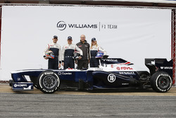 Valtteri Bottas, Pastor Maldonado, Susie Wolff, conductora de desarrollo, Williams F1, posan con el nuevo Williams FW35
