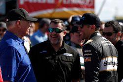 Tony Stewart, Aric Almirola, Stewart-Haas Racing con Biagi-Denbeste Racing Ford Mustang, Joe Gibbs, proprietario del Team Joe Gibbs Racing