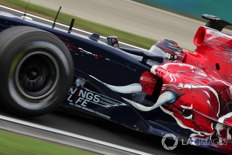Скотт Спид заявил по радио, что пора переходить на псевдослики, Toro Rosso послушалась и провела пит-стоп, после которого Скотт еле удерживался на трассе и едва не разбил машину. Пришлось с позором возвращаться на промежуточные шины