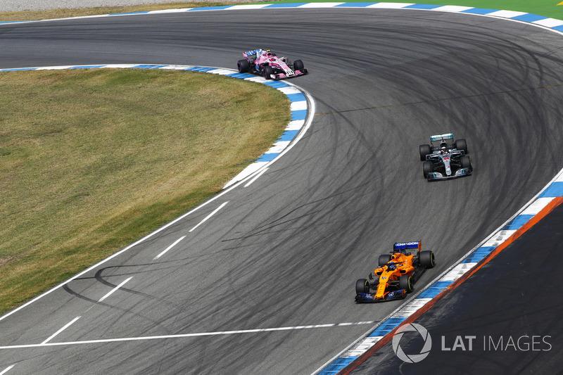 Fernando Alonso, McLaren MCL33, delante de Lewis Hamilton, Mercedes AMG F1 W09, y Esteban Ocon, Force India VJM11