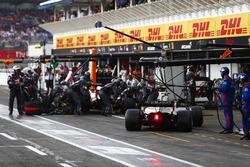 Romain Grosjean, Haas F1 Team VF-18, et Kevin Magnussen, Haas F1 Team VF-18, s'arrêtent en même temps