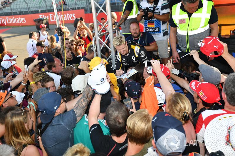 Nico Hulkenberg, Renault Sport F1 Team signe des autographes pour les fans