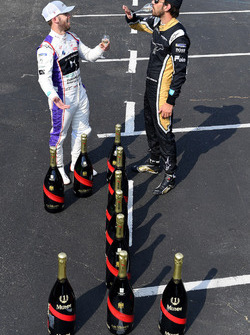 Sam Bird, DS Virgin Racing, Jean-Eric Vergne, Techeetah, posano per una foto con una bottiglia di champagne