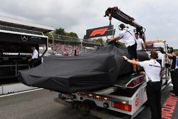El auto de Lewis Hamilton, Mercedes-AMG F1 W09 es llevado a los pits