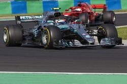 Валттері Боттас, Mercedes AMG F1 W09, попереду Себастьяна Феттеля, Ferrari SF71H