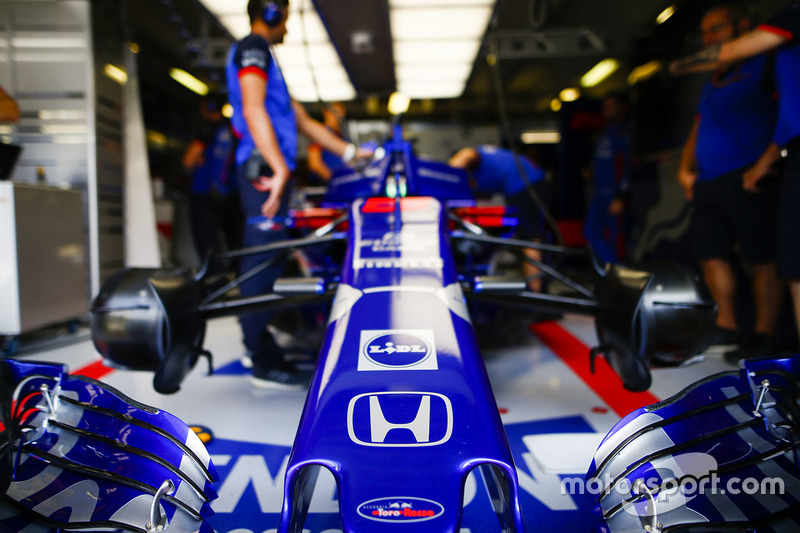 Suasana garasi Brendon Hartley, Toro Rosso STR13