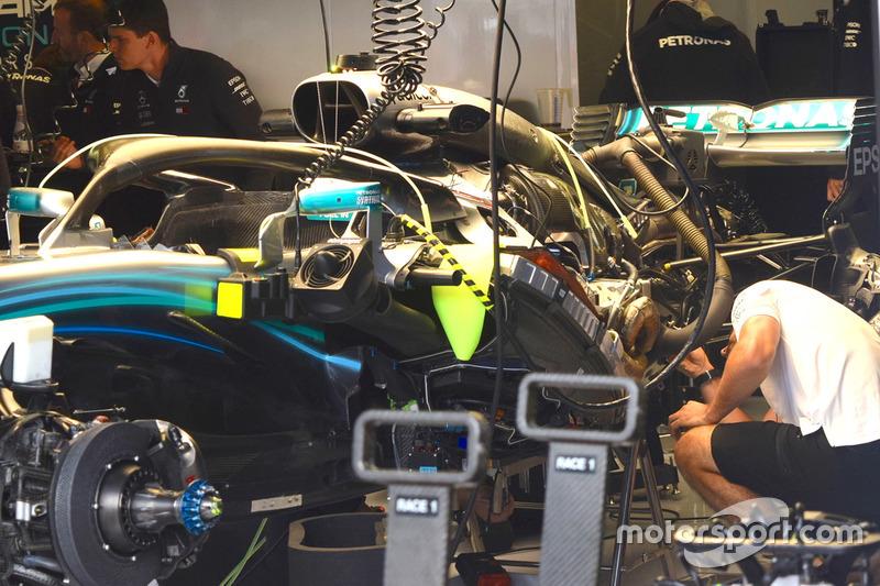 Mercedes F1 W09 в боксах