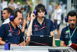Toyoharu Tanabe, F1 Technical Director, Honda, and Toro Rosso Honda engineers on the grid