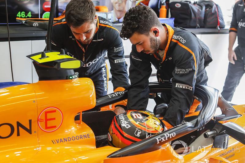Un ingegnere aiuta Stoffel Vandoorne, McLaren MCL33, ad allacciarsi le cinture