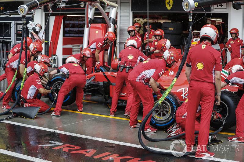 Kimi Raikkonen, Ferrari SF71H, effettua un pit stop per cambiare gli pneumatici