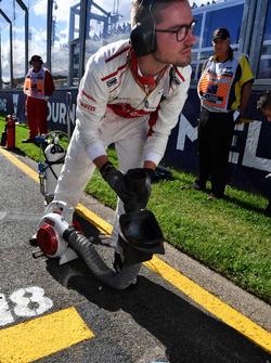 Sauber mechanic on the grid
