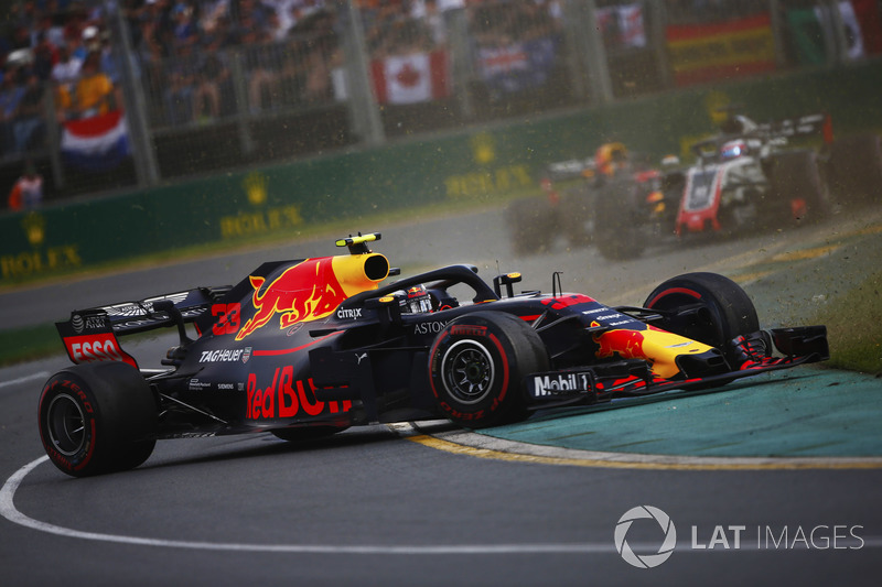 Max Verstappen, Red Bull Racing RB14 Tag Heuer, part en tête-à-queue devant Romain Grosjean, Haas F1 Team VF-18 Ferrari
