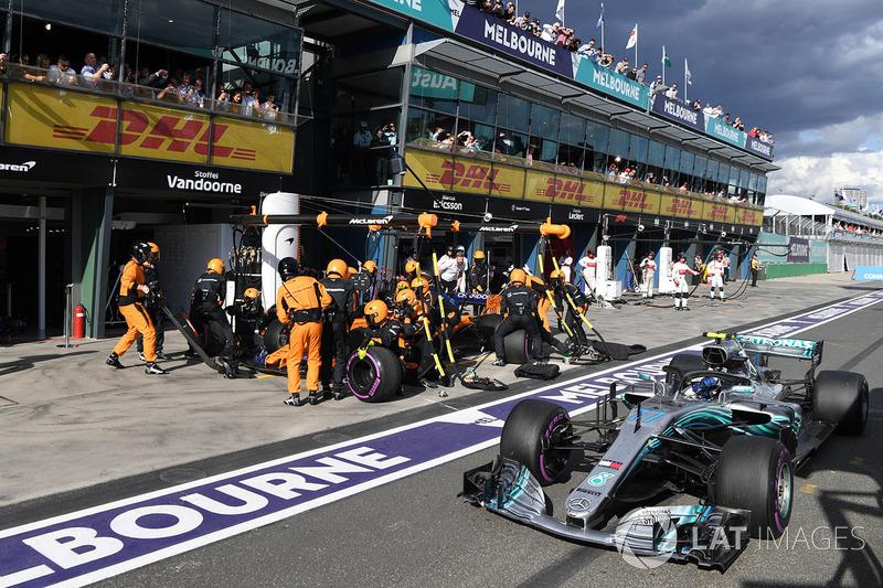 Valtteri Bottas, Mercedes-AMG F1 W09 pasa a Stoffel Vandoorne, McLaren MCL33 pit stop