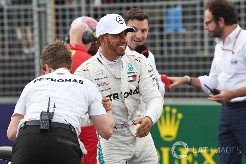 Lewis Hamilton, Mercedes-AMG F1, celebra su pole position del GP de Australia ante la mirada de Will Buxton