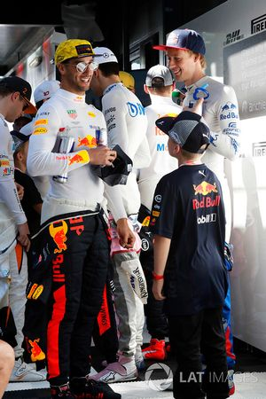 Daniel Ricciardo, Red Bull Racing, andBrendon Hartley, Toro Rosso, meet the grid kids