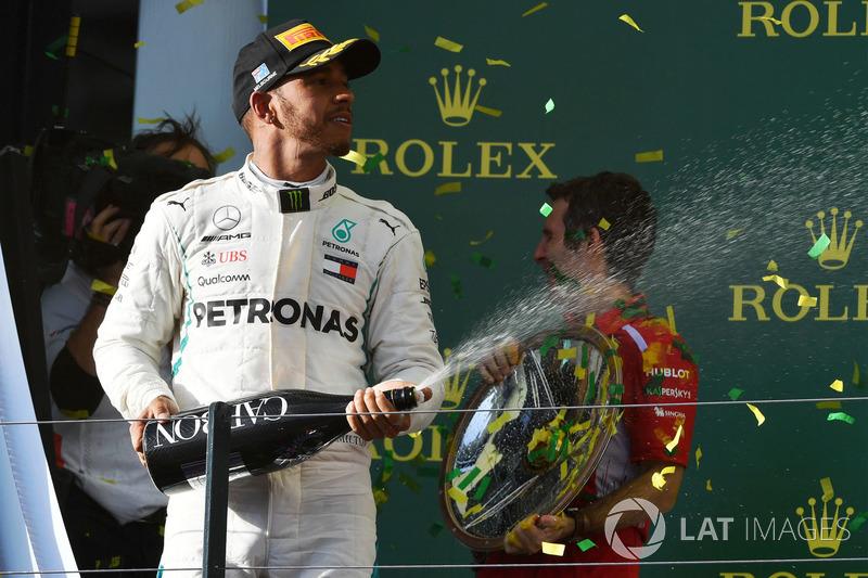 Lewis Hamilton, Mercedes-AMG F1 festeggia sul podio con lo champagne