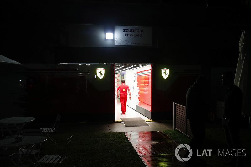 Бокси Ferrari вночі
