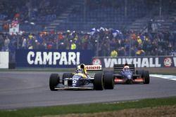 Damon Hill, Williams FW15C, devant Andrea de Cesaris, Tyrrell 020C
